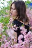 Stående av den unga härliga flickan i blommor Royaltyfri Fotografi