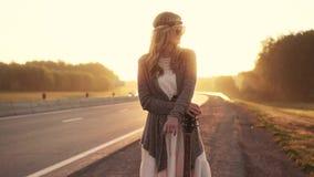 Stående av den unga härliga flickan i solglasögon flickahipster på gryning arkivfilmer