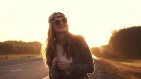 Stående av den unga härliga flickan i solglasögon flickahipster på gryning stock video