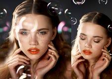 Stående av den unga härliga flickan i studio, med yrkesmässig makeup Skönhetskytte Skönheten av såpbubblor _ arkivfoton
