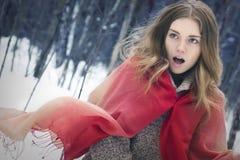 Stående av den unga härliga flickan med den röda halsduken i winten Arkivbild