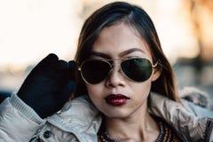 Stående av den unga härliga flickan med solglasögon, Retro modestil arkivfoto