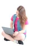 Stående av den unga härliga flickan som arbetar på datoren Arkivfoto