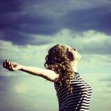 Stående av den unga härliga fria kvinnan som utomhus ler Arkivfoto
