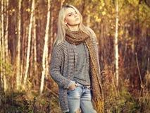 Stående av den unga härliga kvinnan i höstsweater arkivfoton