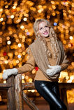 Stående av den unga härliga kvinnan med långt ganska hår som är utomhus- i en kall vinterdag. Härlig blond flicka i vinterkläder Arkivfoton