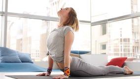 Stående av den unga härliga unga kvinnan som gör yoga- eller pilatesövning stock video