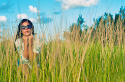 Stående av den unga härliga latinamerikanska flickan på ett gräsfält Arkivbilder
