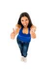 Stående av den unga härliga latinska kvinnan som ger tummen upp lyckligt och upphetsat Arkivfoton