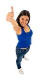 Stående av den unga härliga latinska kvinnan som ger tummen upp lyckligt och upphetsat Arkivfoto