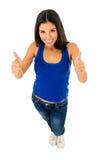 Stående av den unga härliga latinska kvinnan som ger tummen upp lyckligt och upphetsat Royaltyfria Bilder