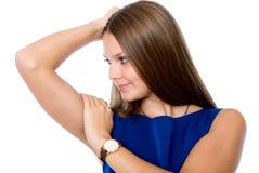 Stående av den unga härliga le flickan i blått se för klänning arkivfoto