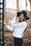 Stående av den unga härliga le kvinnan med långt bära för hår Arkivbilder