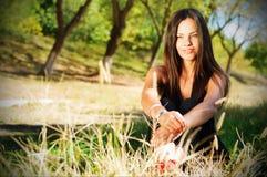 Stående av den unga härliga le kvinnan utomhus som tycker om Arkivbilder