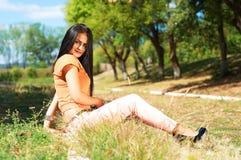 Stående av den unga härliga le kvinnan utomhus som tycker om Royaltyfria Bilder