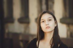 Stående av den unga härliga nätta kvinnan med långt hår som poserar i stad arkivfoton