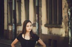 Stående av den unga härliga nätta kvinnan med långt hår som poserar i stad Tonat foto royaltyfria foton