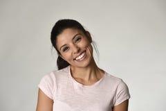 Stående av den unga härliga och lyckliga latinska kvinnan med det gladlynt stora toothy leendet som är upphetsat och arkivfoton