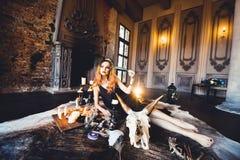 Stående av den unga härliga rödhåriga flickan i bilden av en gotisk häxa på allhelgonaafton Royaltyfri Foto