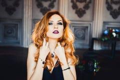 Stående av den unga härliga rödhåriga flickan i bilden av en gotisk häxa på allhelgonaafton Royaltyfria Foton