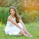 Stående av den unga härliga sexiga kvinnan på naturen Royaltyfri Fotografi