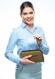 Stående av den unga hållande kreditkorten för affärskvinna från handväskan Royaltyfria Foton