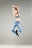 Stående av den unga kvinnan, i att göra en gest för mitt- luft Arkivfoton