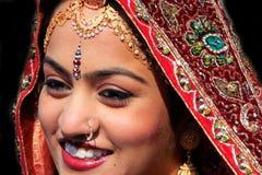 Stående av den unga kvinnan i den traditionella klänningen, öken Festiva in Arkivfoton