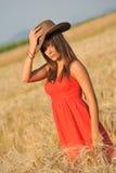 Stående av den unga kvinnan i gult vetefält royaltyfri fotografi