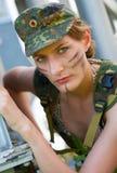 Stående av den unga kvinnan i militär kamouflage Royaltyfri Fotografi