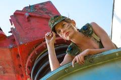 Stående av den unga kvinnan i militär kamouflage Fotografering för Bildbyråer