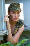 Stående av den unga kvinnan i militär kamouflage Royaltyfri Bild
