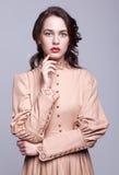 Stående av den unga kvinnan i retro klänning royaltyfri bild