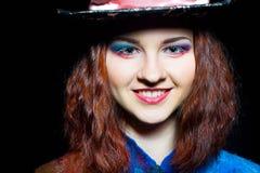 Stående av den unga kvinnan i similituden av hattmakaren Royaltyfri Foto