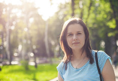 Stående av den unga kvinnan i solnedgångljus Fotografering för Bildbyråer