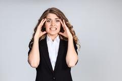 Stående av den unga kvinnan med chockat ansiktsuttryck Royaltyfri Fotografi