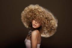 Stående av den unga kvinnan med den futuristiska frisyren arkivfoto