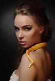 Kvinna och orm Arkivfoto