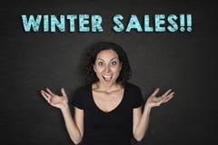 Stående av den unga kvinnan med försäljningar för ett överraskninguttryck och 'för en vinter!! 'text royaltyfri fotografi