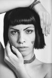 Stående av den unga kvinnan med fräknar och hjärta-formade klistermärkear fotografering för bildbyråer