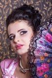Stående av den unga kvinnan med gyckel Arkivbilder
