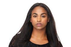Stående av den unga kvinnan med härligt långt svart hår arkivbild