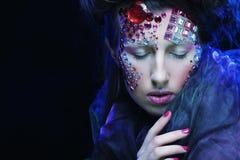 Stående av den unga kvinnan med idérik anlete, halloween bild Arkivfoto