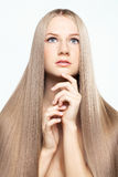 Stående av den unga kvinnan med långt hår royaltyfri foto