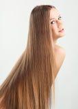 Stående av den unga kvinnan med långt hår royaltyfria foton
