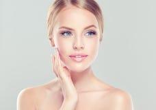 Stående av den unga kvinnan med ren ny hud och mjukt delikat smink Arkivbild