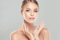 Stående av den unga kvinnan med ren ny hud och mjukt delikat smink royaltyfria bilder