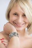 Stående av den unga kvinnan med silverarmbandet arkivbilder