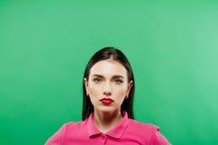 Stående av den unga kvinnan mot en grön bakgrund Arkivfoton