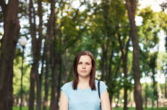 Stående av den unga kvinnan på naturbakgrund Arkivbilder